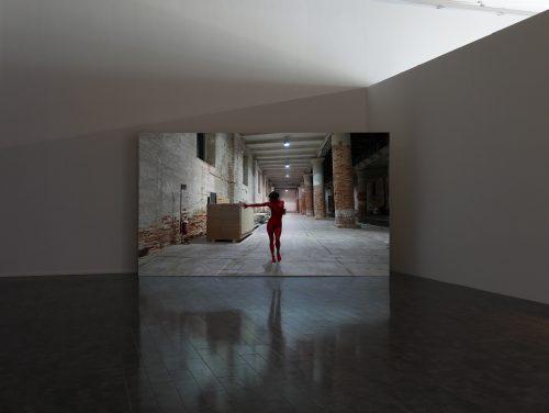 Lili Reynaud-Dewar: 我歌唱那带电的身体(威尼斯军械库Corderia)